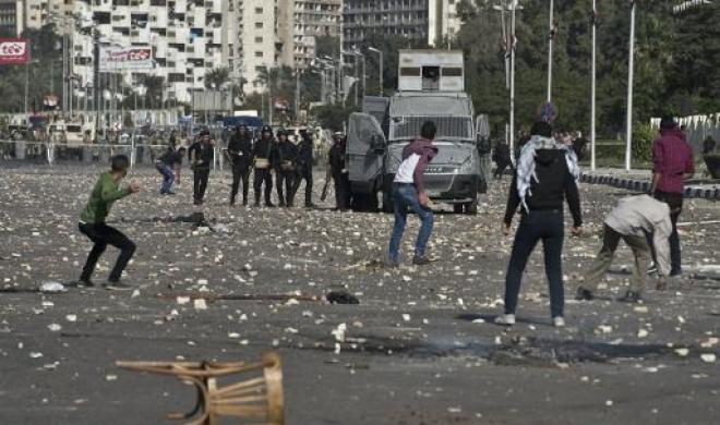 Egyptian studentsthrow stones at riot police outside their university camps last October at Al-Azhar University, where students have continued demonstrating.  (AFP Photo)