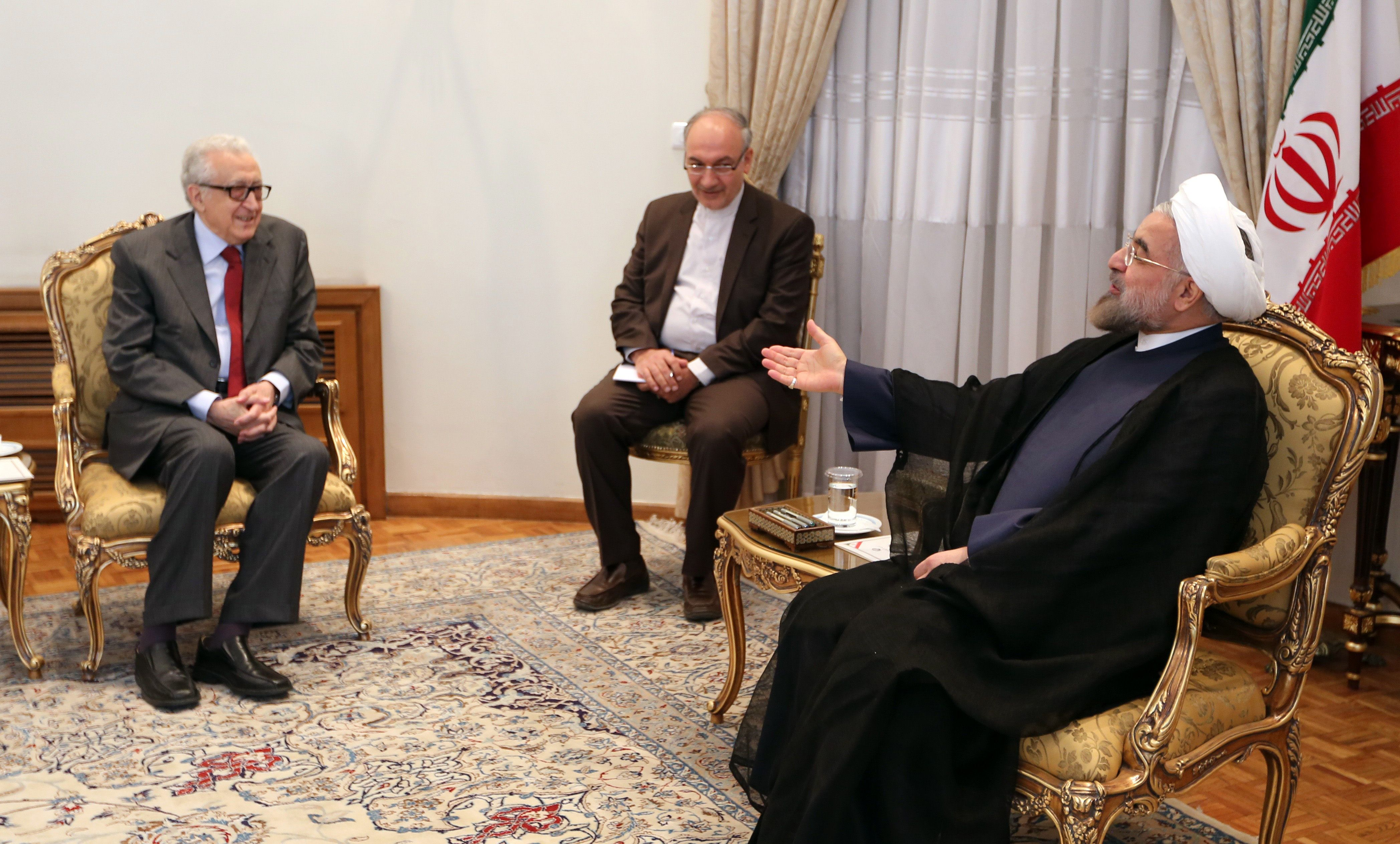 Iranian President Hassan Rouhani (R) meets with International Peace envoy to Syria Lakhdar Brahimi (L) in Tehran on October 27, 2013. (AFP PHOTO/ATTA KENARE)