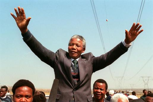 South African National Congress President Nelson Mandela addresses 05 September 1990 in Tokoza a crowd of residents from the Phola park squatter camp during his tour of townships.  (AFP File Photo)