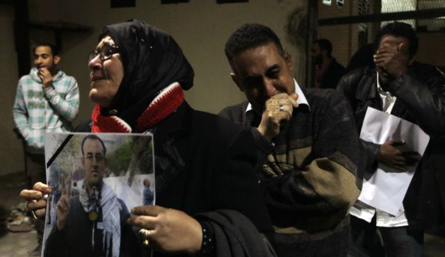 Relatives of Egyptian journalist El-Husseini Abu Deif, killed during clashes in Cairo the previous week, mourn during his funeral, Cairo on 12 December 2012.  (AFP Photo)