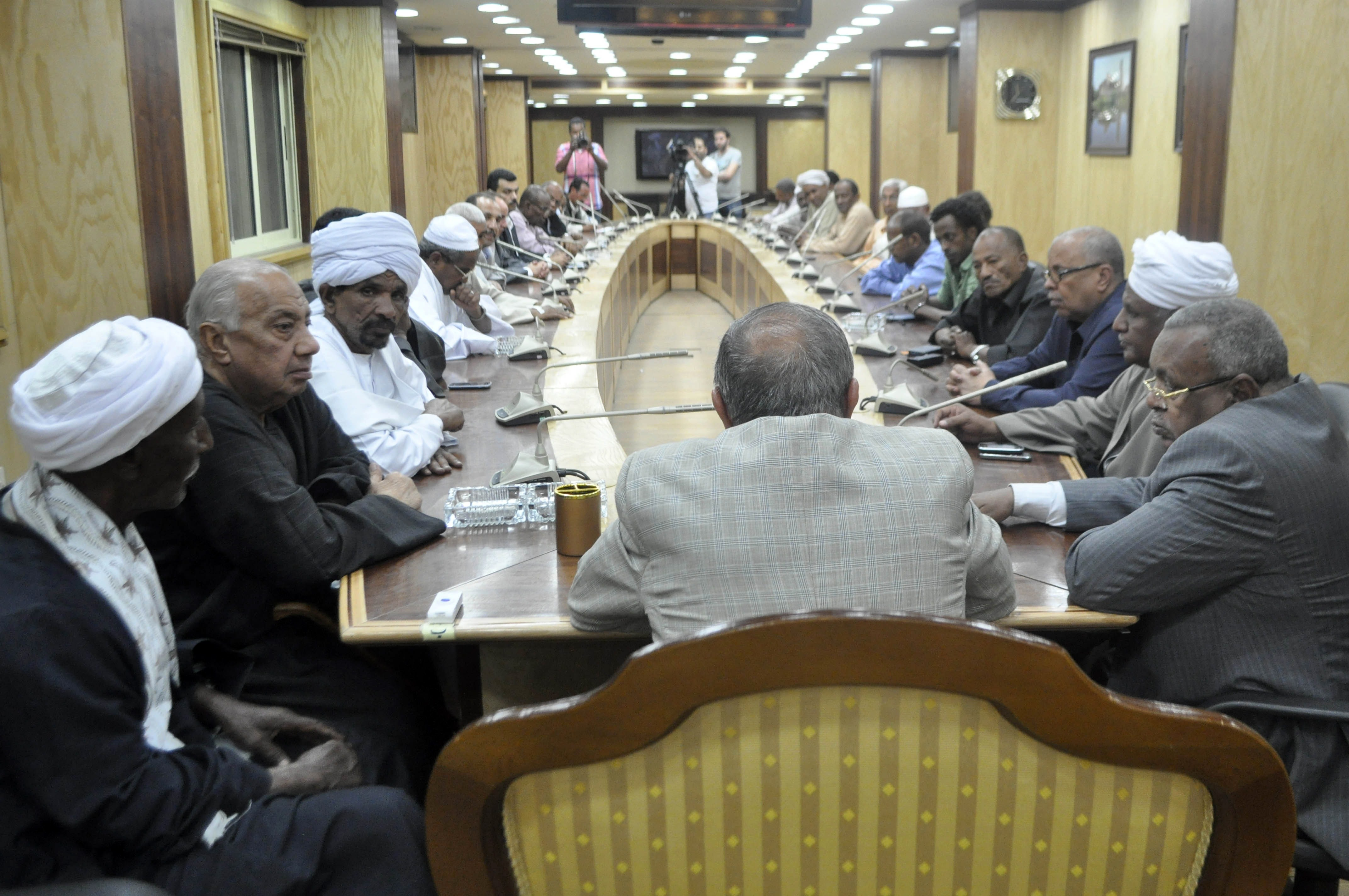 Egyptian Governor of the southern city of Aswan, Mostafa Yousry Attalah (C) leads a meeting gathering officials and representatives of the Bani Hilal, an Arab tribe, and the Dabudiya, a Nubian family following fighting between the two groups on April 7, 2014 at Aswan's governorate headquarters. At least two people were killed in renewed tribal clashes, after 48 hours of violence that left 23 dead, security officials said.  (AFP PHOTO / RADWAN EL-NAJAR)