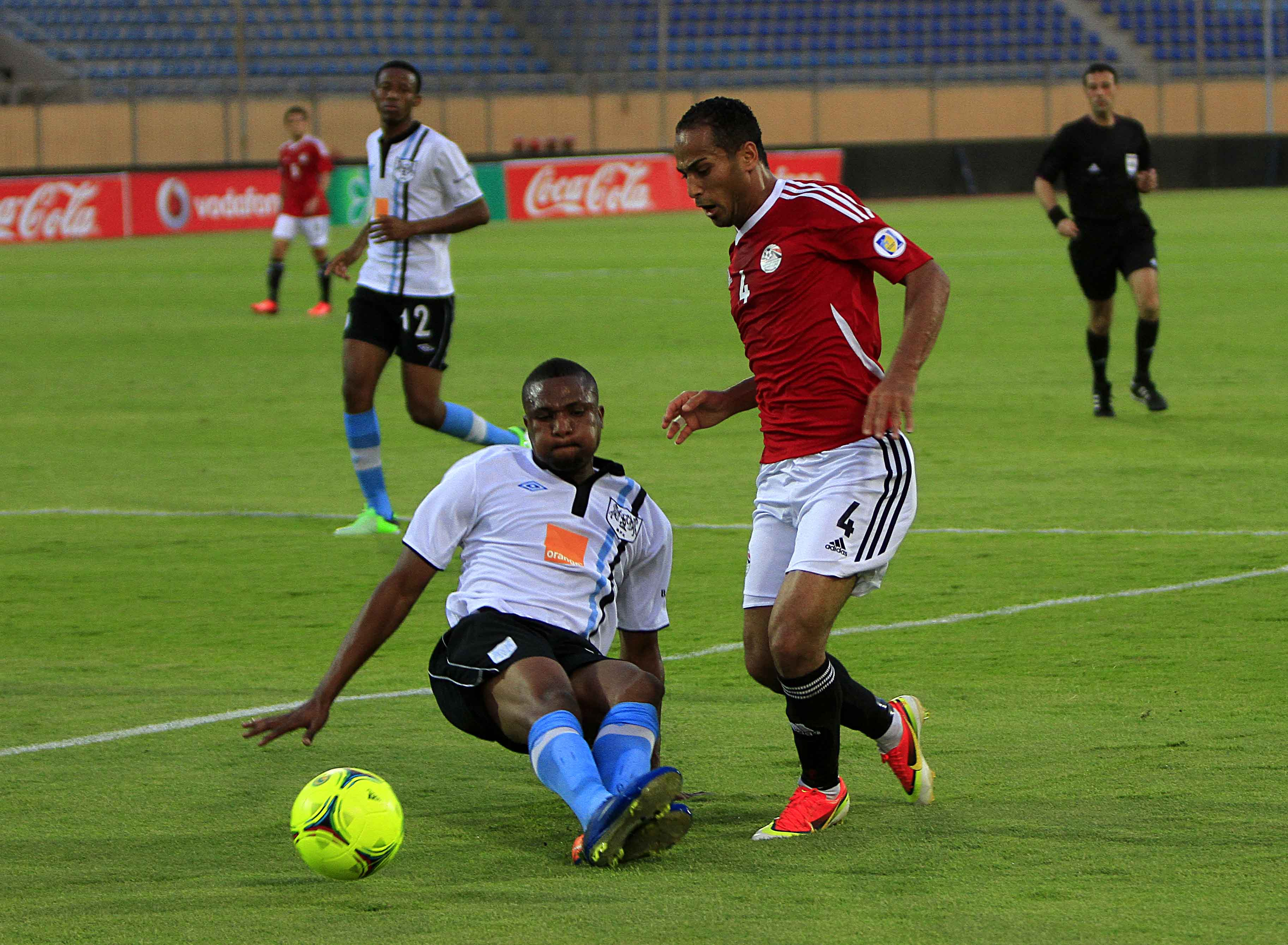 Zamalek's Mahmoud Fathalla, in the pink shirt and Salah Amin from Tala'eAl-Geish vie for the ball during their match with on Tuesday (Photo By Ahmed Al-Mlaky)