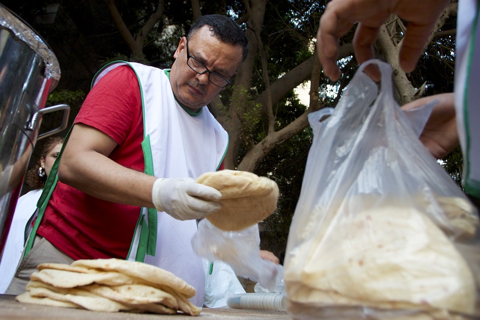 A volunteer from Kasr El-Dobara Church helps prepare an iftar feast for poor Muslims (Photo by Elizabeth Stuart)