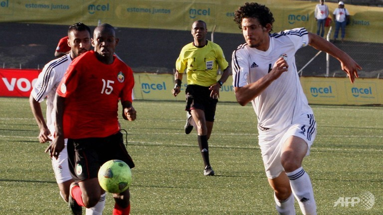 Mozambique's Francisco Massinga (L) vies with Egypt's Hany Said during the 2014 World Cup Africa zone qualification match in Maputo (AFP/SERGIO COSTA)