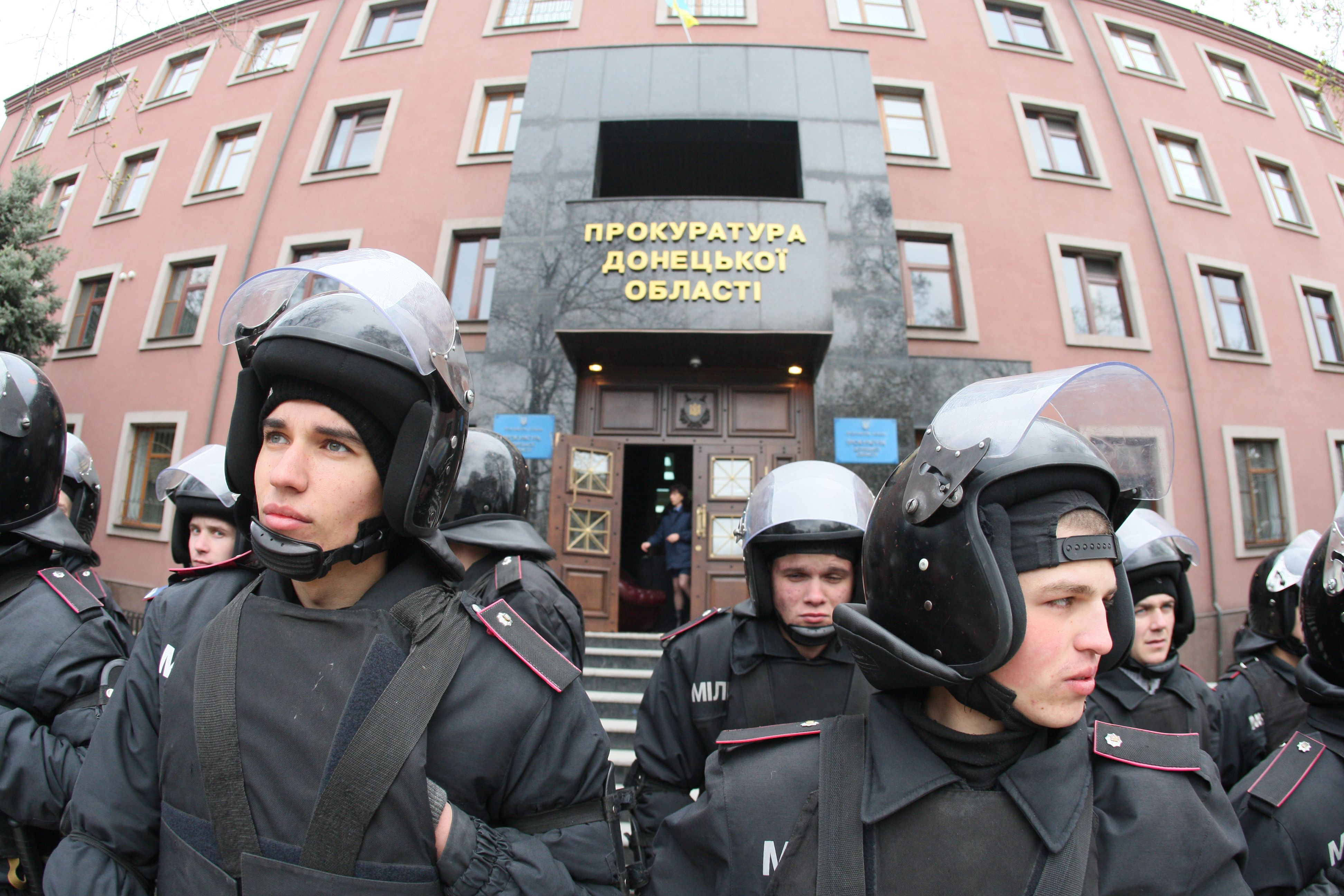 Policemen guard a regional Ukrainian procecutor's office in the eastern Ukrainian city of Donetsk on April 12, 2014. The separatists attempted to seize the prosecutors office  AFP PHOTO / ALEXANDER KHUDOTEPLY