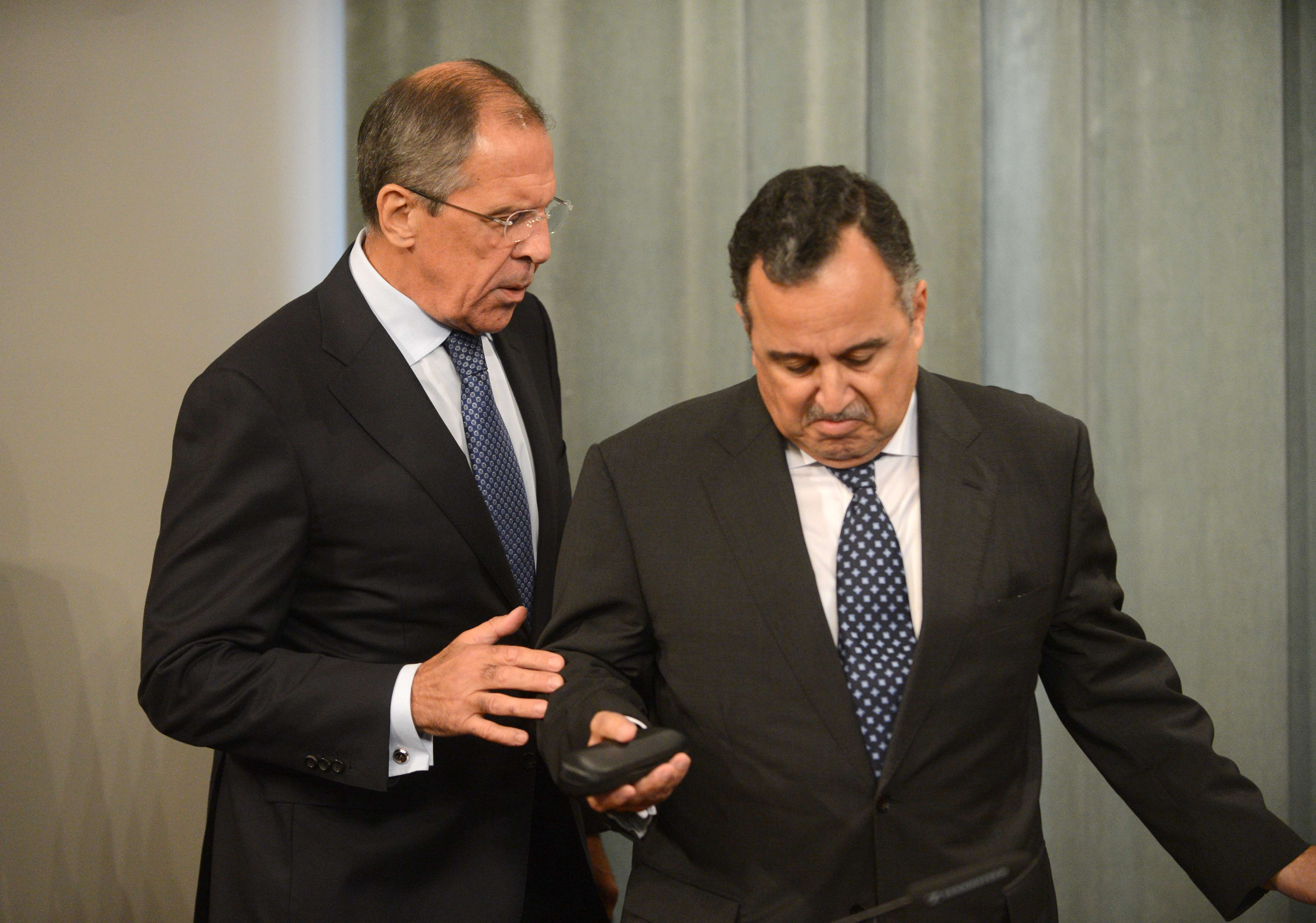 Russian Foreign Minister Sergei Lavrov (L) speaks with his Egyptian counterpart Nabily Fahmy during their joint press conference in Moscow, on September 16, 2013.  (AFP Photo)