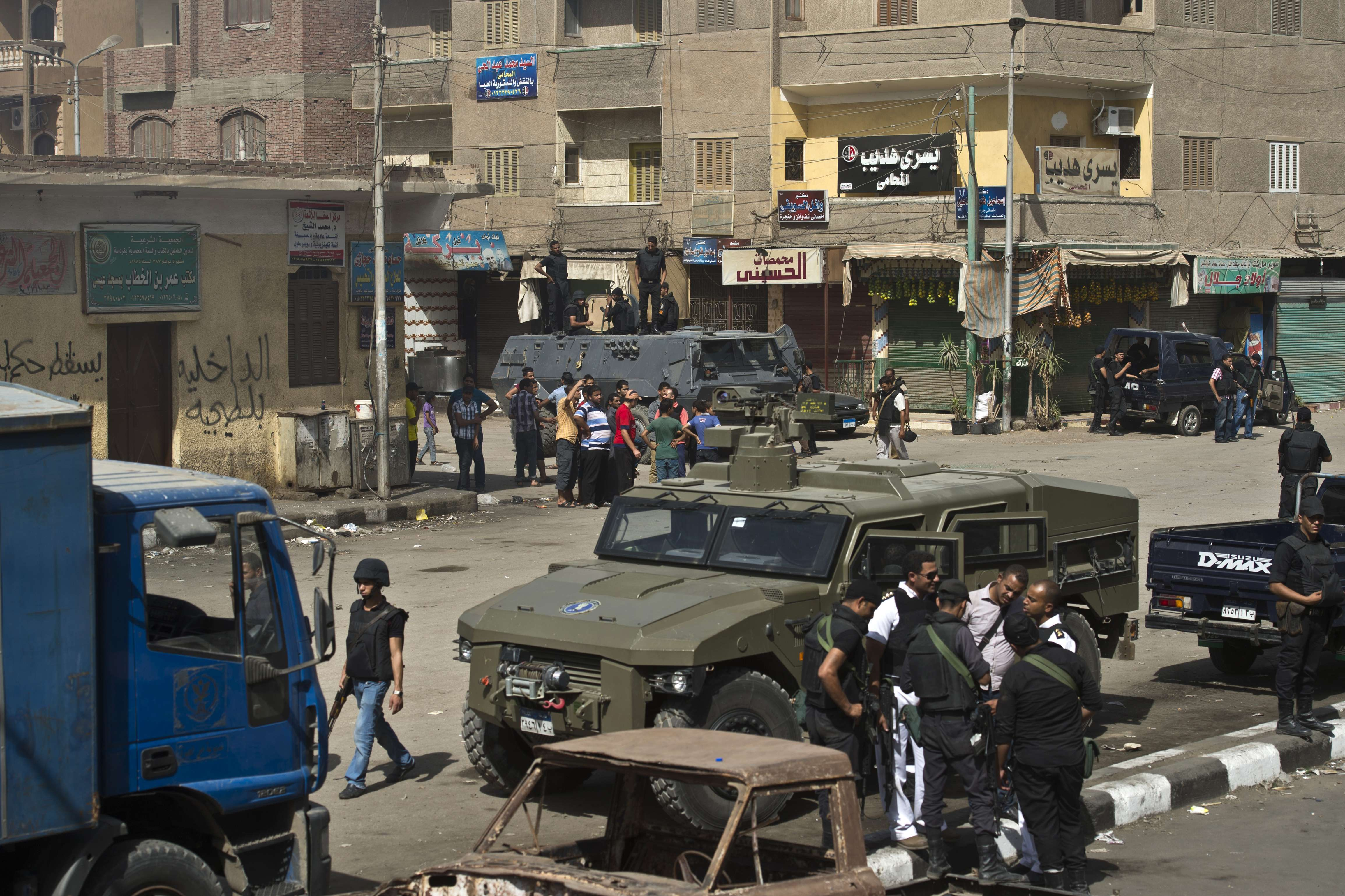 Egyptian armed policemen are deployed in a street during a raid in the village of Kerdassah on the outskirts of Cairo, on September 19, 2013. (AFP Photo)