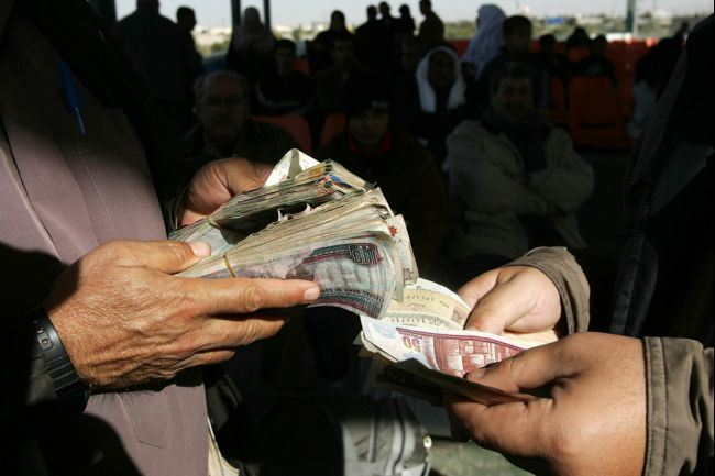 Egypt's soaring internal debts to record high levels provoke concerns about Egypt's economic position. (AFP Photo)