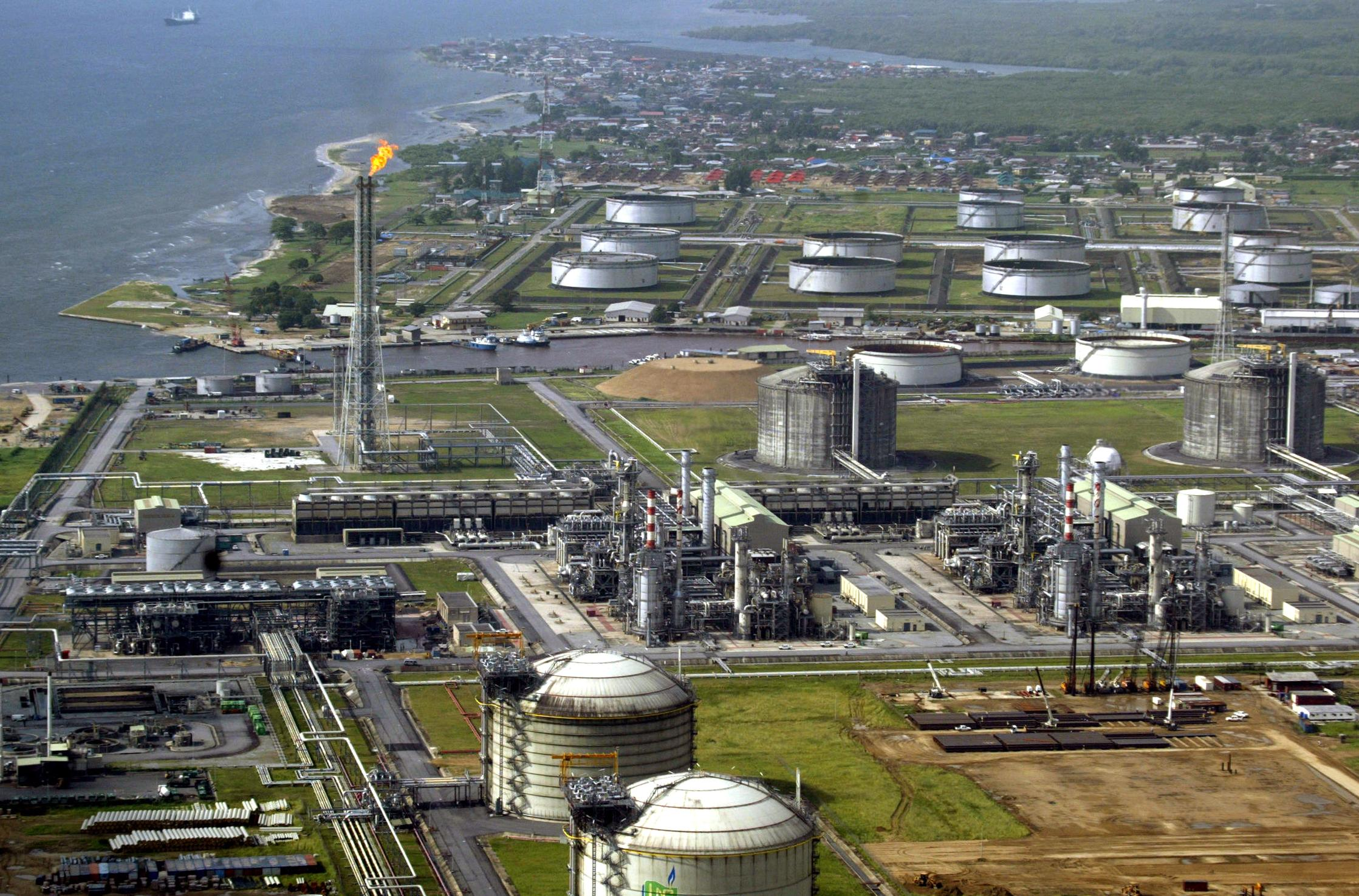 A file picture taken in 2005 shows a view of oil giant Shell's oil and gas terminal on Bonny Island in southern Nigeria's Niger Delta.  (AFP PHOTO)