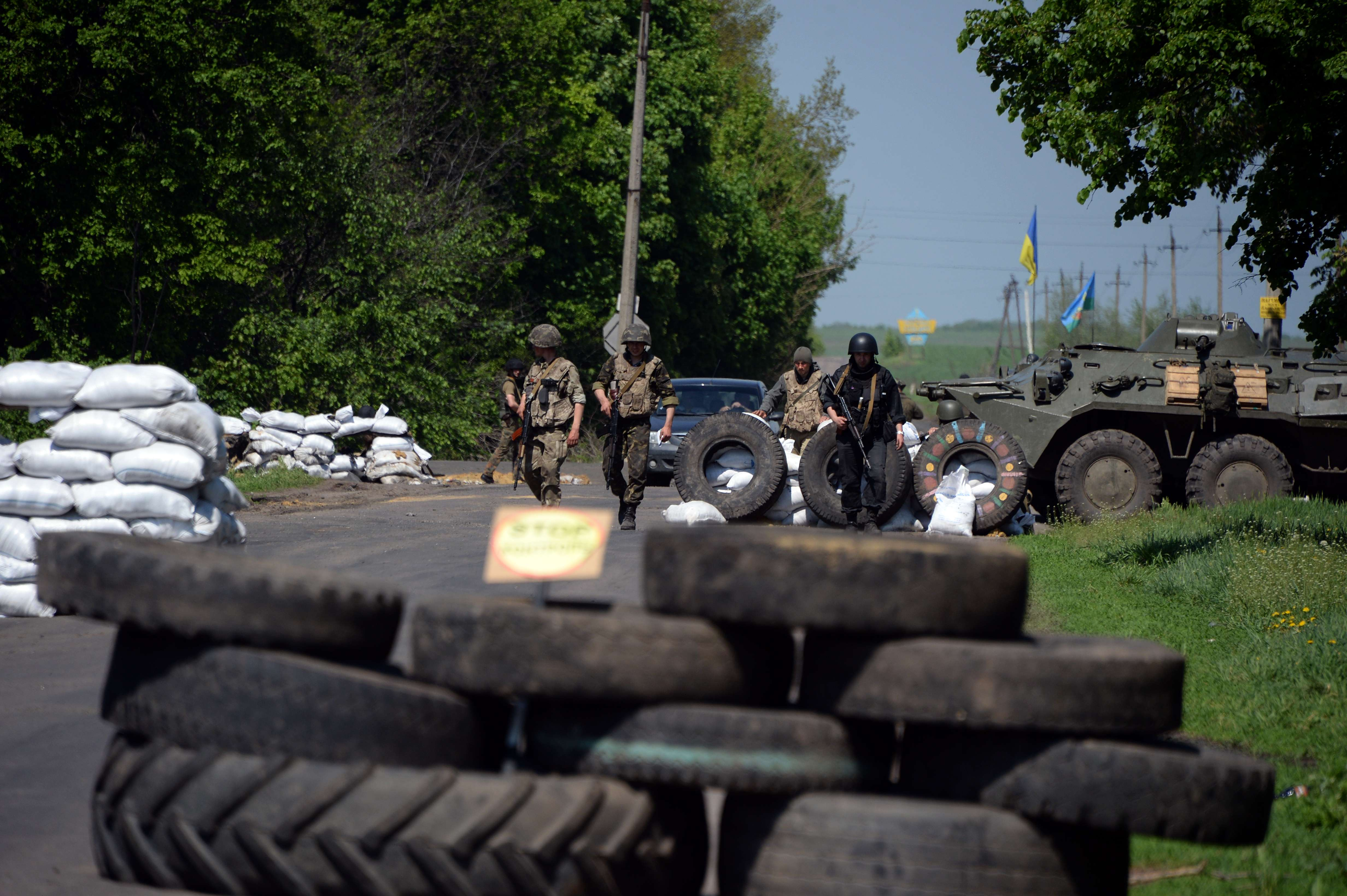 Ukrainian soldiers take position at a checkpoint near the eastern Ukranian city of Slavyansk on May 4, 2014. Ukraine vowed on May 4 to broaden its operation against pro-Russian rebels as the crisis-hit country observed a second day of mourning after violence that left more than 50 people dead.   (AFP PHOTO / VASILY MAXIMOV)