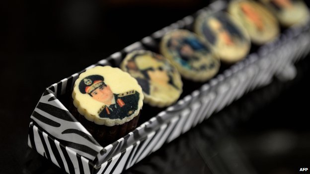 Some couples are celebrating the army and Sisi on their special day. (AFP photo)