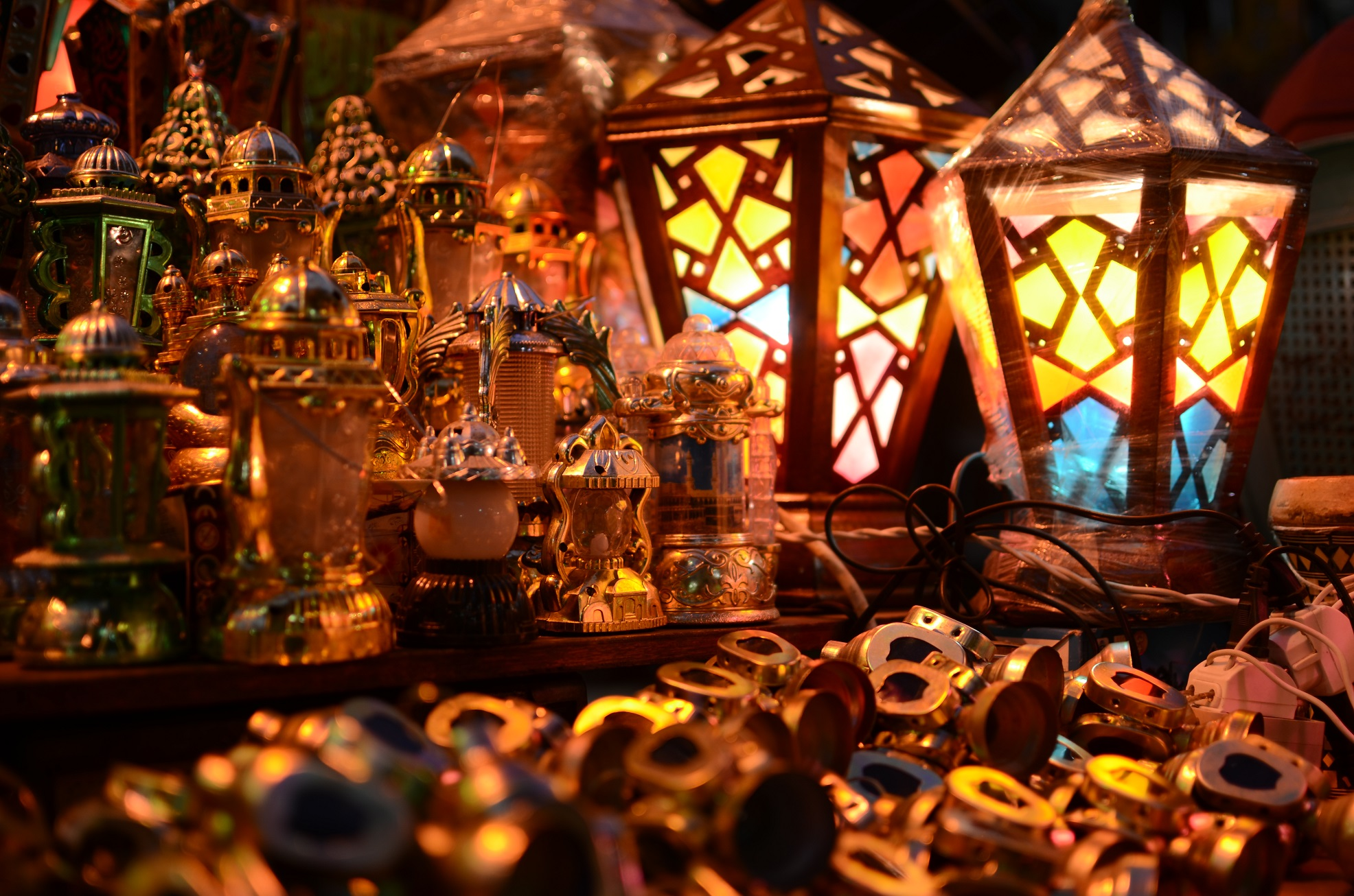 Lanterns, fawanees, are lit to invite buyers in a shop in Khan El-Khalili (Photo by Halim El-Shaarani)