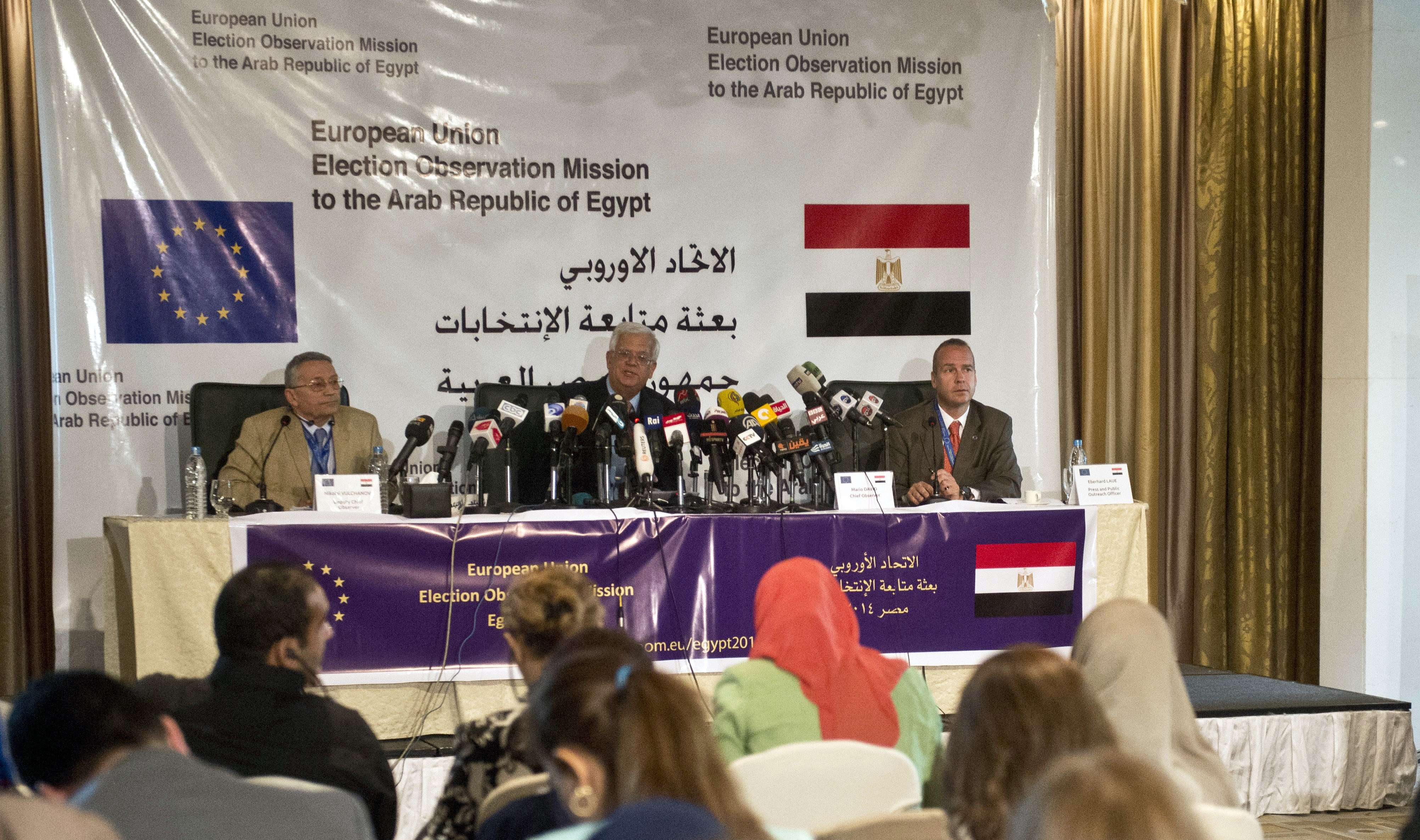 Mario David (C), chief observer of the European Union election assessment team to Egypt, Nikolai Vulchanov (L) deputy chief observer and Eberhard Laue (R) speak during a press conference in Cairo on May 19, 2014. Egypt's presidential frontrunner Abdel Fattah al-Sisi who is widely expected to trounce his only rival, leftist leader Hamdeen Sabbahi, has not addressed any public rallies so far during the campaign.  (AFP PHOTO / KHALED DESOUKI)