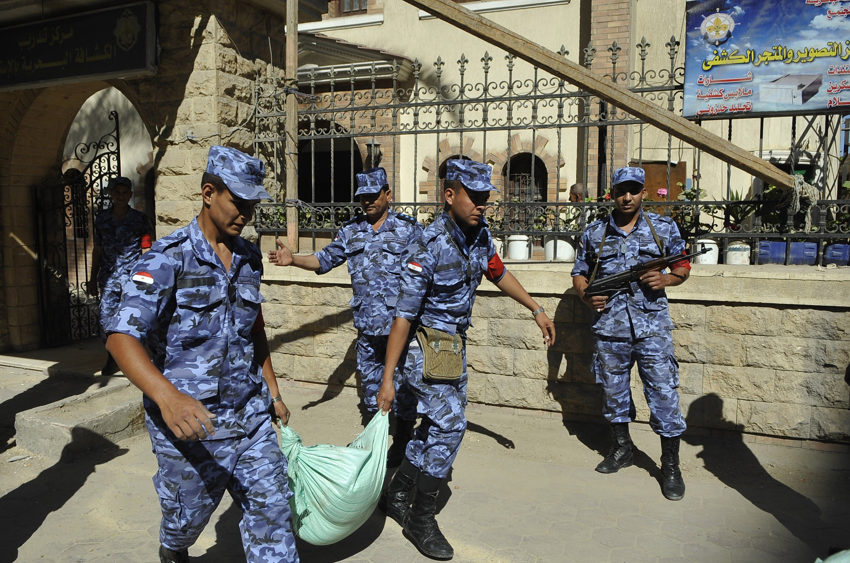 Egyptian troops carry sand bags for protection outside a polling station in the Mediterranean porty city of Alexandria on May 25, 2014 as Egyptians get ready to go to the polls the coming two days to elect a new president. Presidential frontrunner Abdel Fattah al-Sisi, who stepped down as army chief to run for office, urged Egyptians on may 23 to vote in large numbers in next week's election.  (AFP PHOTO / STR)
