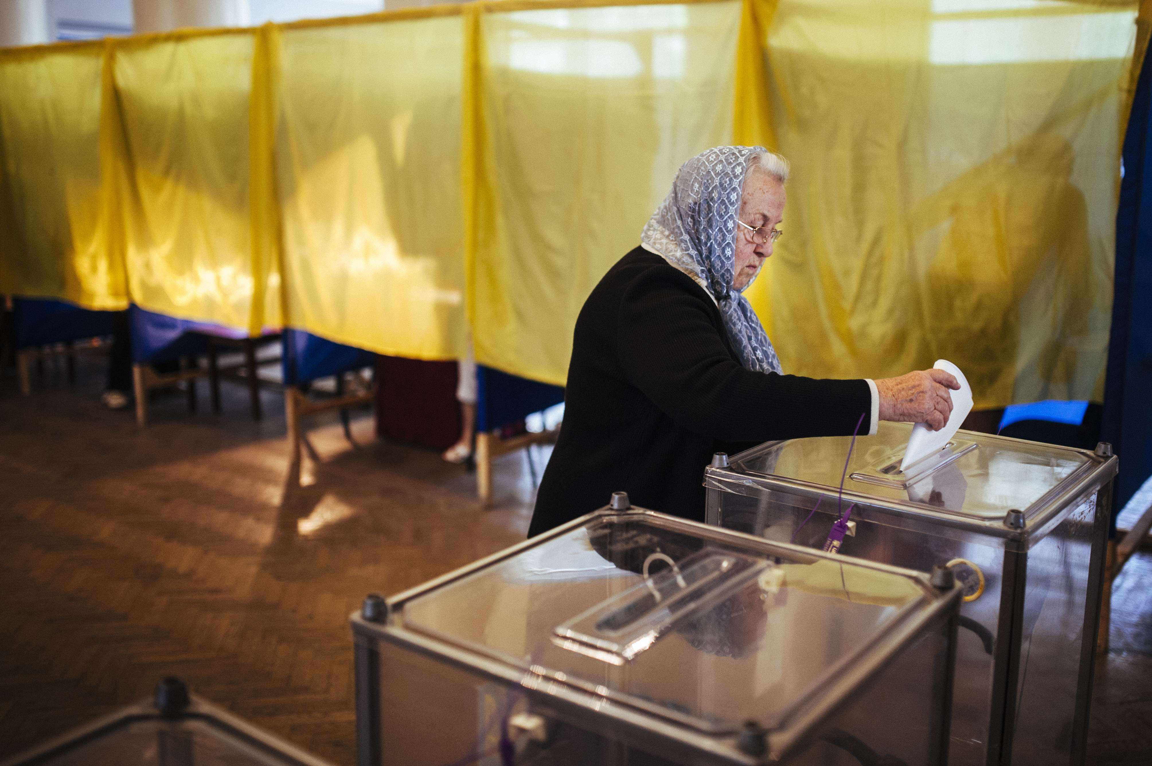 A woman casts her ballot in a polling station in the eastern Ukrainian town of Dobropillya on May 25, 2014. Ukraine was voting May 25 in a presidential election seen as the most important in the country's history as it battles a deadly pro-Russian insurrection in the east.    (AFP PHOTO / DIMITAR DILKOFF)