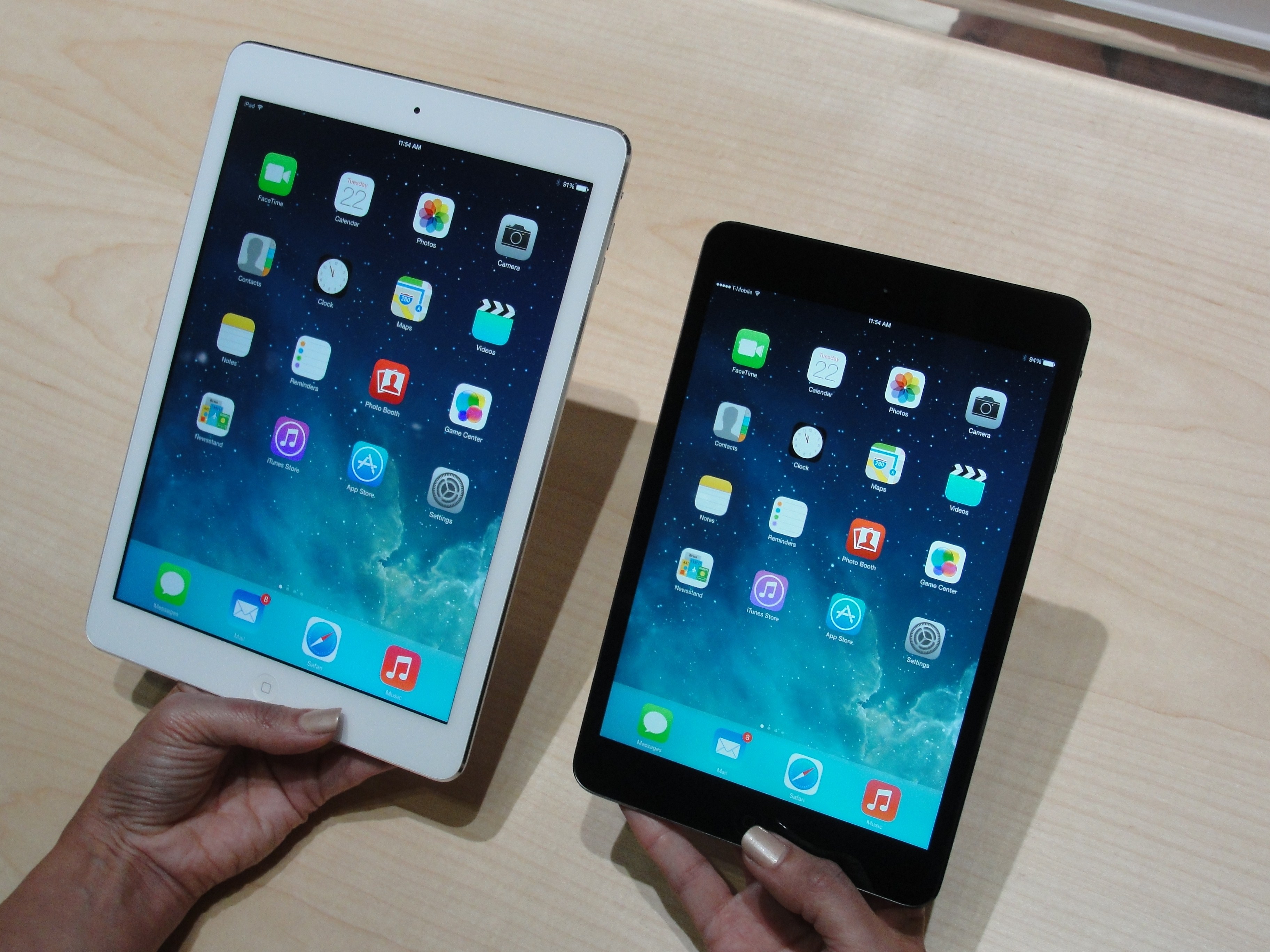 Apple's new iPad Air (L) and iPad Mini tablets are seen on October 22, 2013 in San Francisco, California. (AFP Photo)
