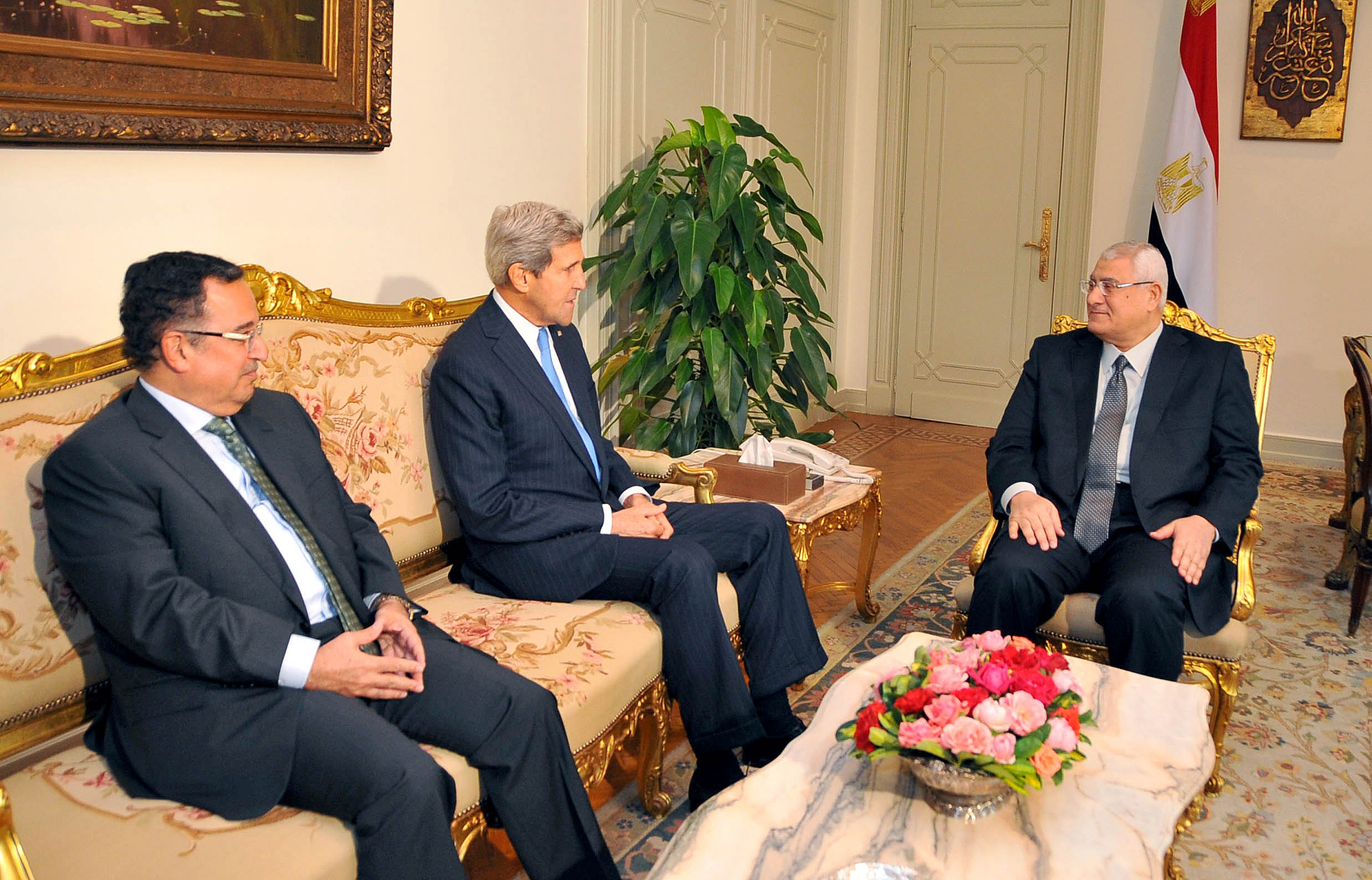 handout picture released by Egyptian presidency shows Egypt's interim President Adly Mansour (R) meeting with United States Secretary of State John Kerry (C) and Egyptian Foreign Affairs Minister Nabil Fahmy (L) on November 3, 2013 at the presidential palace in Cairo.  AFP PHOTO / EGYPTIAN PRESIDENCY)
