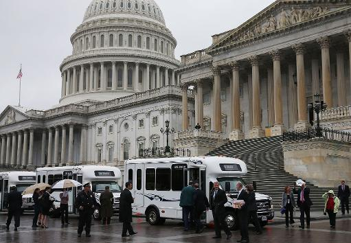 Senate Democrats load onto buses before departing the Capitol for a meeting with US President Barack Obama October 9, 2013 in Washington, DC  (AFP Photo)