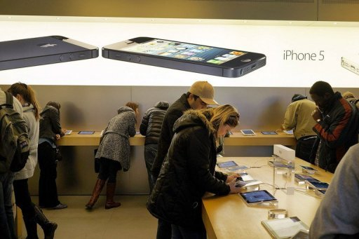 People browse at an Apple store on January 14, 2013 in New York City (Getty Images/AFP/File, Spencer Platt)