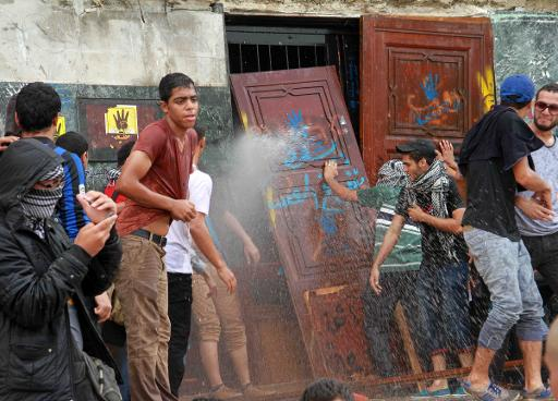 Egyptian students of Al-Azhar University block the access to an administration building during an anti-army protest in Cairo, on October 30, 2013  (AFP, Khaled Kamel)