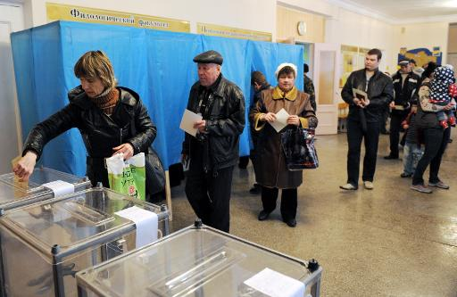 People cast their vote at a polling station in Simferopol, on March 16, 2014  (AFP, Viktor Drachev)