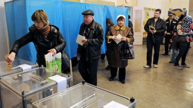 People cast their votes at a polling station on March 16, 2014 in Simferopol, Crimea, over a referendum on breaking away from Ukraine and re-joining Russia.  ( AFP Photo/Viktor Drachev)