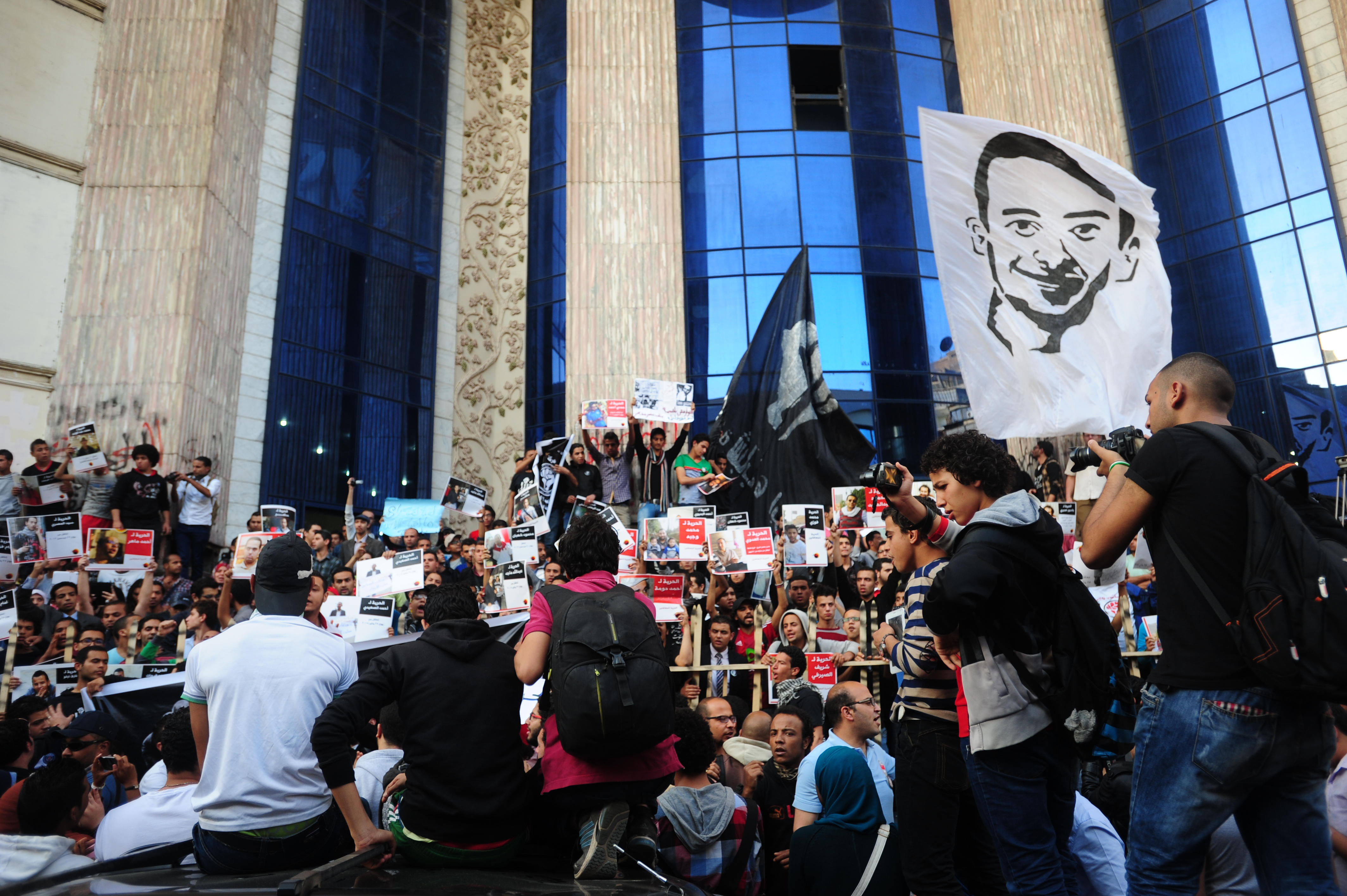 6 April held symbolic protest in front of the Press Syndicate on Sunday (Photo by Ali Omar/DNE)