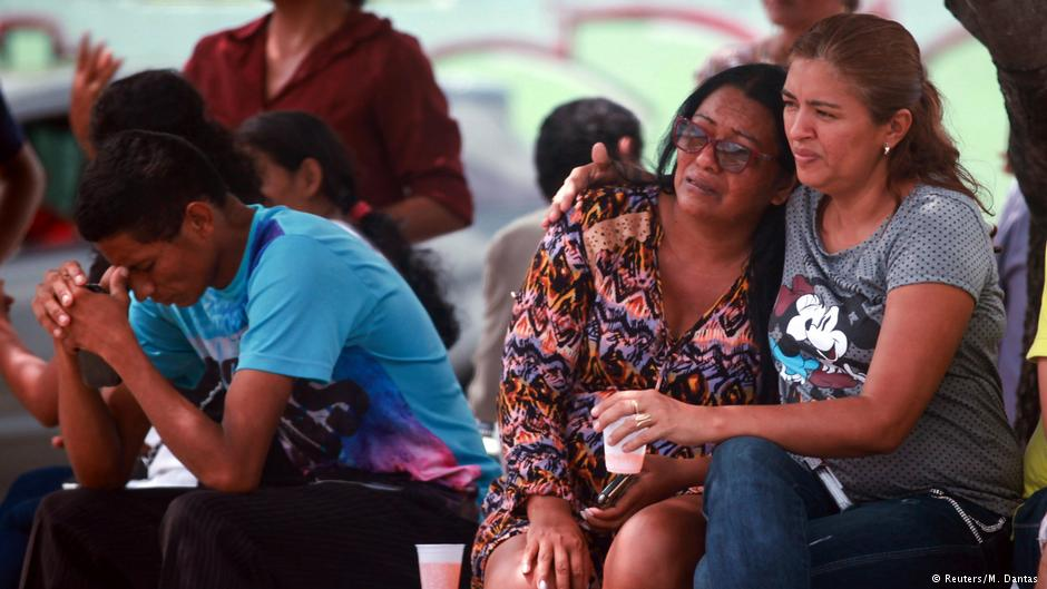 Brazil prison riot: Relatives of prisoners were left waiting for news after the end of the bloody prison riot. (Reuters/M/Dantas/DW)