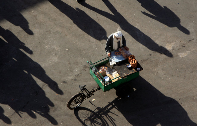 A street vendor waits for customers. Egyptian Minister of Supply and Internal Trade Mohamed Abou Shady announced a collaborative effort with the Ministry of Interior to establish a collective, formal marketplace for street vendors. (AFP Photo)