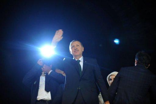 Turkish PM Recep Tayyip Erdogan waves upon his arrival at Ataturk International Airport in Istanbul, on June 7, 2013 (AFP, Ozan Kose)