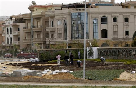 Labourers work in front of newly constructed houses and villas in the Fifth Settlement district of New Cairo March 30, 2013.  (REUTERS/Amr Abdallah Dalsh)