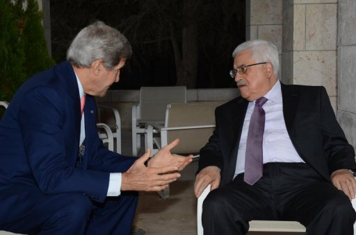 Palestinian leader Mahmud Abbas (right) meets US Secretary of State John Kerry in Amman on July 16, 2013 (AFP Photo)