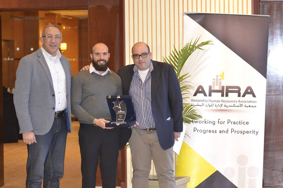 "Mahmoud Mansi receives honorary award from AHRA (Alexandria Human Resources Association) after sharing his model ""Shared Development"""