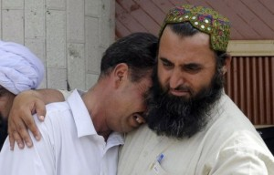 A Pakistani man comforts a mourner at the site of a suicide bomb attack in Quetta on August 8, 2013 (AFP, Banaras Khan)