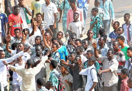 Sudanese protesters demonstrate in Khartoum's twin city of Omdurman on 25 September 2013 (AFP Photo)
