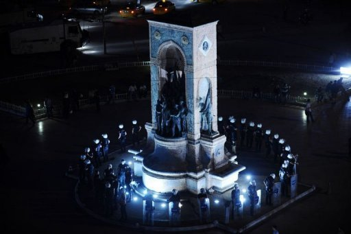 Turkish riot police surround the Republic Monument at Taksim Gezi park in Istanbul on June 13, 2013 (AFP, Bulent Kilic)