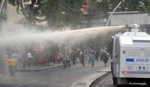 Protesters run away from a water cannon during a demonstration in Ankara on June 5, 2013 (AFP, Adem Altan)