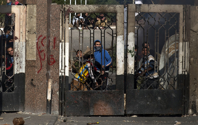 Students who support the Muslim Brotherhood clash with Egyptian riot policemen surrounding the entrance of Azhar University in Cairo on Dec. 27, 2013.  (Khaled Desouki/AFP)