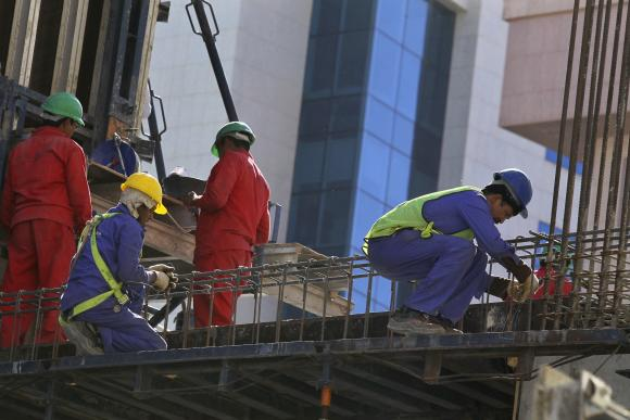 Foreign labourers work at the construction site of a building in Riyadh November 27, 2013. (REUTERS/FAISAL AL NASSER)