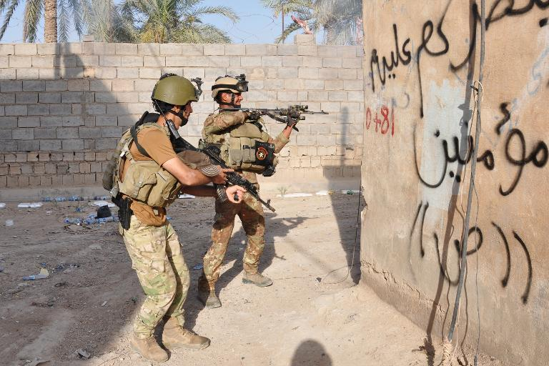 Members of the Iraqi security forces take position during fighting with anti-government fighters on May 21, 2014 in the city of Ramadi  (AFP Photo/Azhar Shallal)