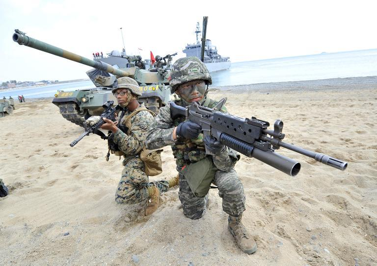 South Korean (R) and US Marines (L) take position on a beach during a joint military drill in Pohang, southeast of Seoul on April 26, 2013  (AFP Photo/Jung Yeon-Je)