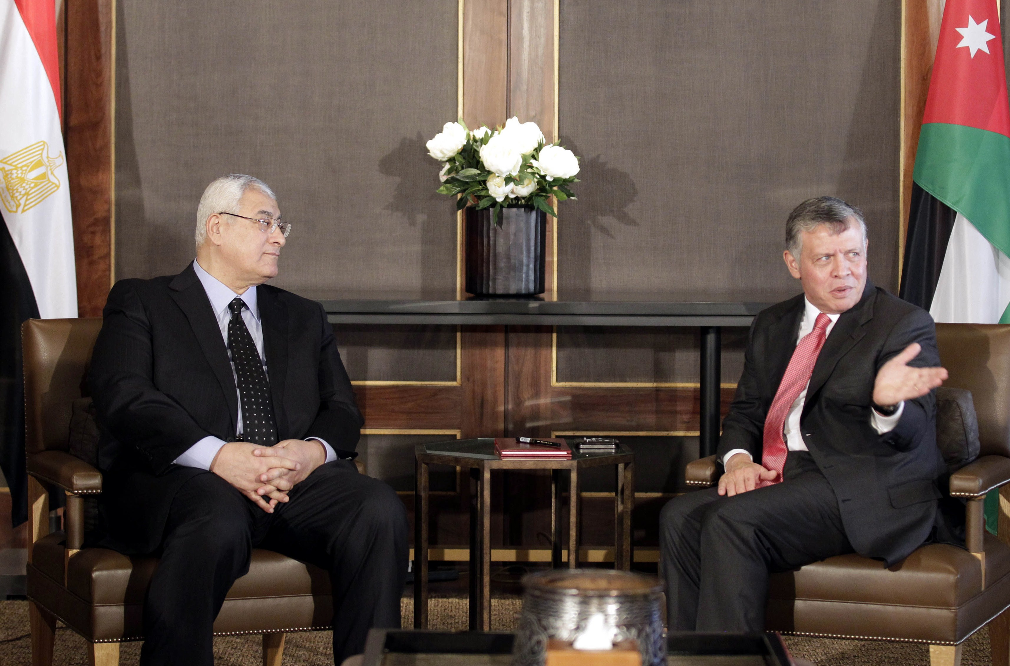 Egyptian interim president Adly Mansour (L) meets with Jordan's King Abdullah II at the Royal Palace in Amman on October 8, 2013.  (AFP PHOTO/KHALIL MAZRAAWI)