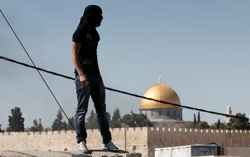 A Palestinian stone thrower watches the situation during clashes in the East Jerusalem neighborhoodof Ras al-Amud, on February 28, 2014  (AFP/File, Ahmad Gharabli)