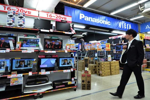 Sony Corp. and Panasonic Corp., Japan's two largest consumer electronics companies, said on Wednesday that they will end joint development of organic light emitting diode (OLED) television screens, a thinner and brighter type of next-generation display in which Korean rivals have a head-start (AFP Photo)