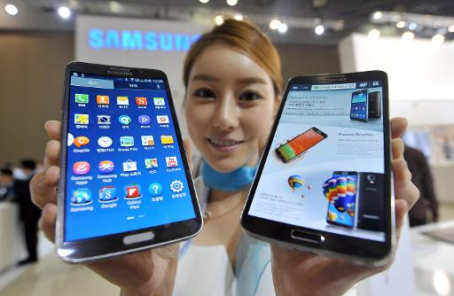 A model holds Samsung's first 'curved' smartphone Galaxy Round, a 5.7-inch handset with a display that is slightly rounded on both sides, at the Electronics and IT Industry Fair in Goyang, north of Seoul, on October 10, 2013  (AFP/File, Jung Yeon-Je)