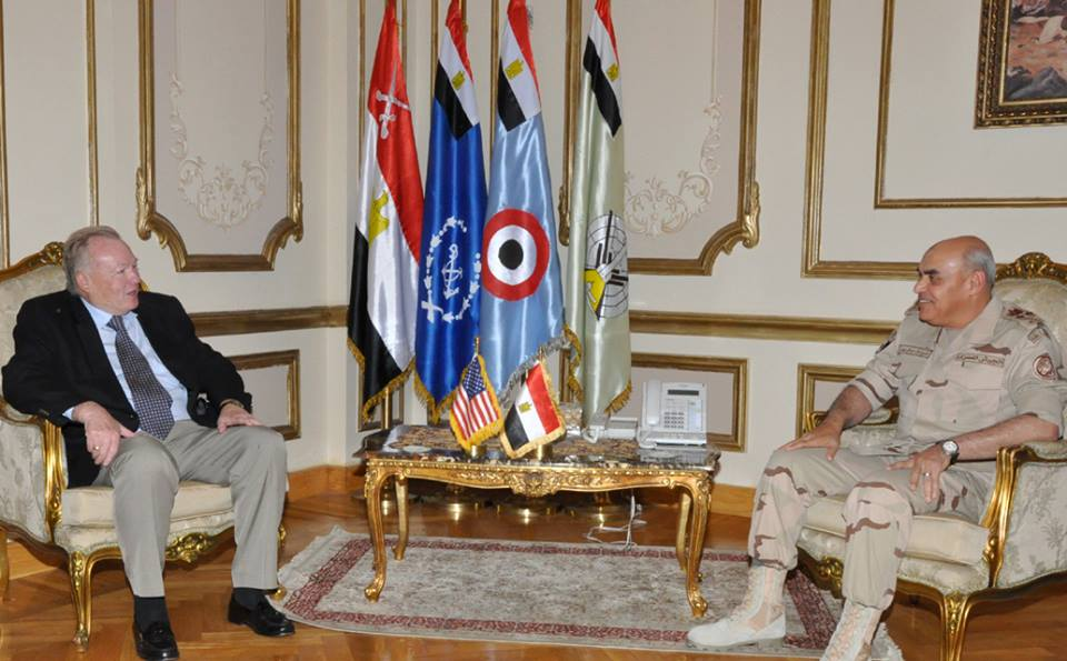 Egypt's Defence Minister Sedki Sobhi (R) met on Tuesday with a delegation of American military veterans and  strategic analysts (Photo from ourtesy of the military spokesman)