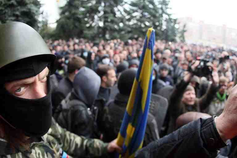 A masked pro-Russia activists looks on during a pro-Russia rally outside the regional police building in the eastern Ukrainian city of Horlivka (Gorlovka), near Donetsk, on April 14, 2014  (AFP Photo/Alexander Khudoteply)