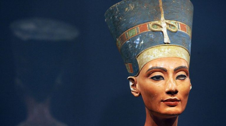 Queen Nefertiti statue