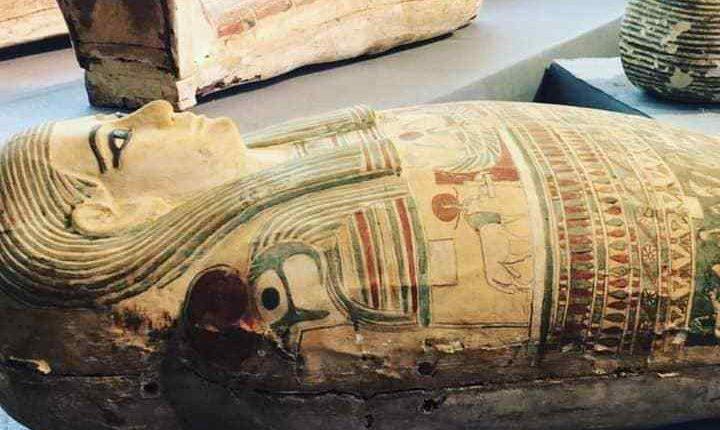 مصر تكتشف عشرات التوابيت القديمة والتماثيل الجنائزية في سقارة