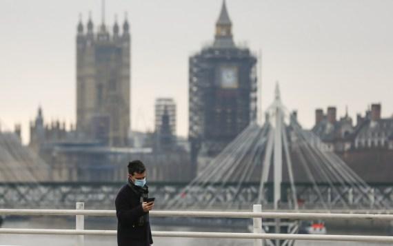 Coronavirus in Britain: Photo taken on Dec. 29, 2020 shows a man walking along the Waterloo Bridge backdropped by the Houses of Parliament in London, Britain. (Xinhua/Han Yan)
